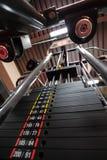 Pesos en máquina del gimnasio Foto de archivo libre de regalías