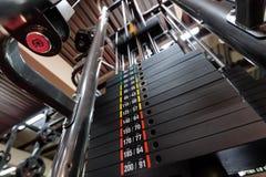 Pesos en máquina del gimnasio Fotos de archivo libres de regalías