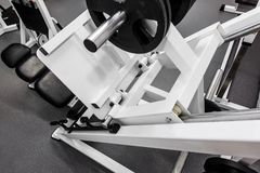 Pesos, equipamento de treino moderno do peso do gym para os exercícios imagens de stock