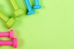 Pesos feitos do plástico azul do rosa, o verde e o ciano imagem de stock