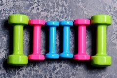 Pesos feitos do plástico cor-de-rosa, verde e ciano imagens de stock