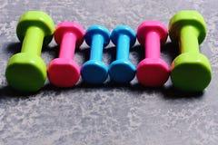 Pesos feitos do plástico cor-de-rosa, verde e ciano fotos de stock royalty free