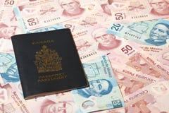 Pesos mexicanos e passaporte canadense imagem de stock royalty free