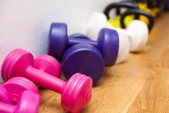 Pesos no assoalho do gym imagem de stock royalty free