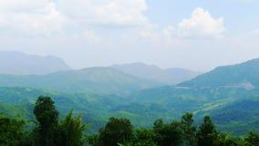 Pespective de la mirada abajo de la montaña foto de archivo