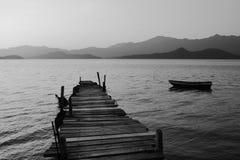 Pespectivemening van oude pier met boot stock foto's