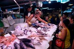 Pesque al vendedor en el mercado de Boqueria del La en Barcelona, España Foto de archivo libre de regalías