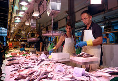 Pesque al vendedor en el mercado de Boqueria del La en Barcelona, España Imagenes de archivo