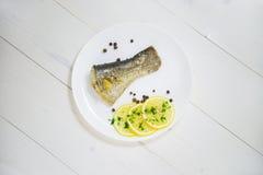Pesque con las hierbas frescas y la pimienta negra cocida al vapor limón Foto de archivo libre de regalías
