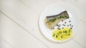 Pesque con las hierbas frescas y la pimienta negra cocida al vapor limón Imagen de archivo