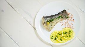 Pesque con las hierbas frescas y la sal cocida al vapor limón del mar Foto de archivo libre de regalías