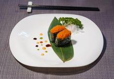 Pesque el sushi del caviar, plato servido en la hoja de bambú, salsas decorativas imagen de archivo