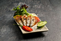 Pesque em uma placa branca com pimenta vermelha e salada verde Fotos de Stock Royalty Free