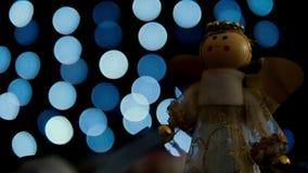 Pesque la decoración de la Navidad con caña con el lazo azul de las luces del bokeh almacen de metraje de vídeo