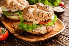 Pesque la hamburguesa con la carne de la caballa, el queso y las verduras frescas Imagen de archivo libre de regalías