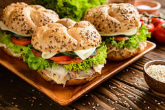 Pesque la hamburguesa con la carne de la caballa, el queso y las verduras frescas Fotografía de archivo