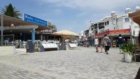 Pesque la muestra del menú del restaurante en la avenida de Poseidonos, Paphos metrajes