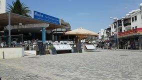 Pesque la muestra del menú del restaurante en la avenida de Poseidonos, Paphos almacen de metraje de vídeo
