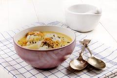 Pesque la sopa con los abadejos ahumados, la patata y el grano de pimienta machacado Fotografía de archivo libre de regalías