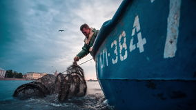 Pesque la trampa que es tirada en un barco de pesca almacen de metraje de vídeo