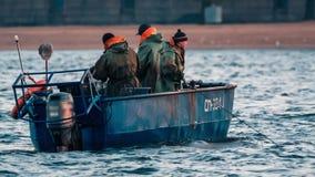 Pesque la trampa que es tirada en un barco de pesca almacen de video