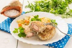 Pesque las chuletas rellenas con surimi y las patatas guisadas con la zanahoria imágenes de archivo libres de regalías