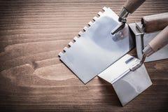 Pesque las máquinas de alisar o cepillar y el spattle de acero de la masilla con caña en la madera Imagen de archivo libre de regalías