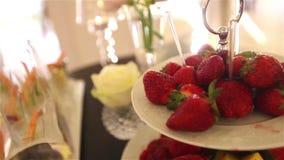 Pesque los bocados, casandose la decoración, fresa, casandose la decoración, los camarones almacen de metraje de vídeo