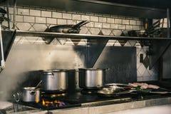 pesque na placa e no fogão que correm o vapor completo imagens de stock royalty free