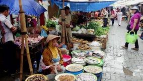 Pesque nas cubetas no mercado do alimento em Jakarta, Indonésia filme