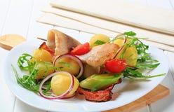Pesque o skewer com o prato lateral da batata Imagens de Stock