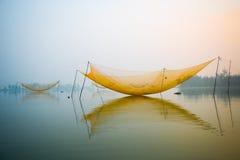 Pesque a rede no rio de Hoai na cidade antiga de Hoian em Vietname Fotos de Stock