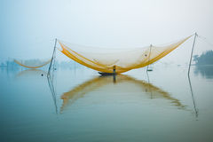 Pesque a rede no rio de Hoai na cidade antiga de Hoian em Vietname Foto de Stock Royalty Free