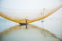Pesque a rede no rio de Hoai na cidade antiga de Hoian em Vietname Fotografia de Stock