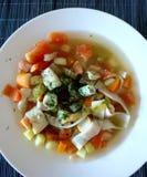 Pesque a sopa com pescadas poloneses, os legumes frescos como tomates, as cenouras, aipo de Pascal verde e suramii Foto de Stock