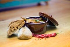 Pesque a sopa em uma tabela de madeira com pimentas foto de stock