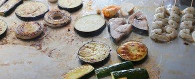 pesque y asó a la parrilla las verduras en las placas en el restaurante Foto de archivo