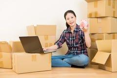 Pesquisa da mulher para mover-se com o dinheiro leitão Fotos de Stock Royalty Free