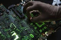 Pesquisa do cientista e para criar a micro microplaqueta eletrônica da tecnologia no laboratório f fotografia de stock