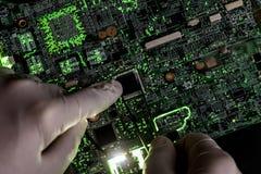 Pesquisa do cientista e para criar a micro microplaqueta eletrônica da tecnologia no laboratório f foto de stock royalty free