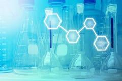 Pesquisa do laboratório - produtos vidreiros ou taças científicas com placa Imagem de Stock Royalty Free