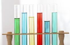 Pesquisa do laboratório - tubos de ensaio no apoio de madeira Foto de Stock Royalty Free