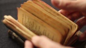 Pesquisa em um livro religioso vídeos de arquivo