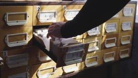 Pesquisa nos arquivos Mãos do estudante que procuram de um armário de enchimento vídeos de arquivo