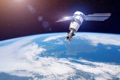 Pesquisa, sondando, monitoração na atmosfera Satélite para monitorar o tempo na órbita polar acima da terra elementos imagens de stock