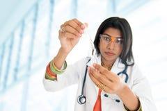 Pesquisador científico fêmea indiano fotografia de stock royalty free