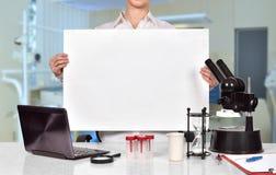 Pesquisador científico que guarda o cartaz vazio Fotos de Stock