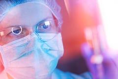 Pesquisador da ciência médica que executa o teste no laboratório fotografia de stock royalty free