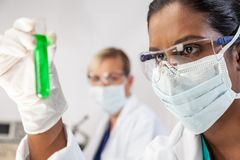 Pesquisador fêmea indiano asiático In Laboratory do cientista foto de stock royalty free