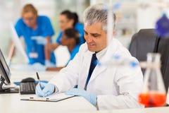 Pesquisador médico envelhecido meio Imagens de Stock